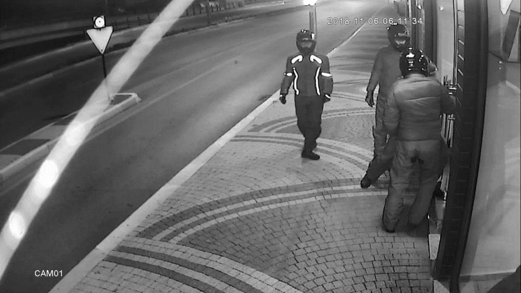 Hırsızlar alarm ve kameralara aldırmadan soygunu gerçekleştirdi
