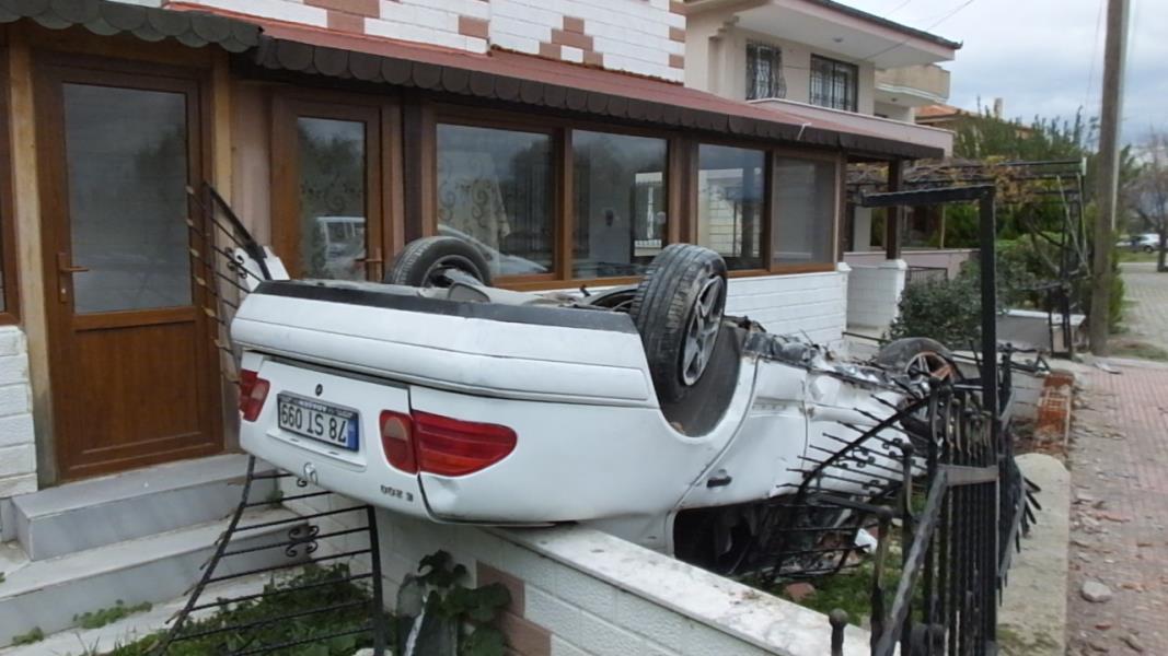 Takla atan otomobil evin bahçesine girdi