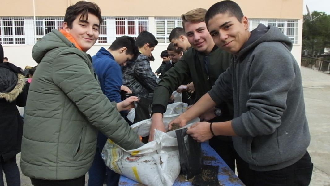Öğrenciler palamutları toprakla buluşturdu