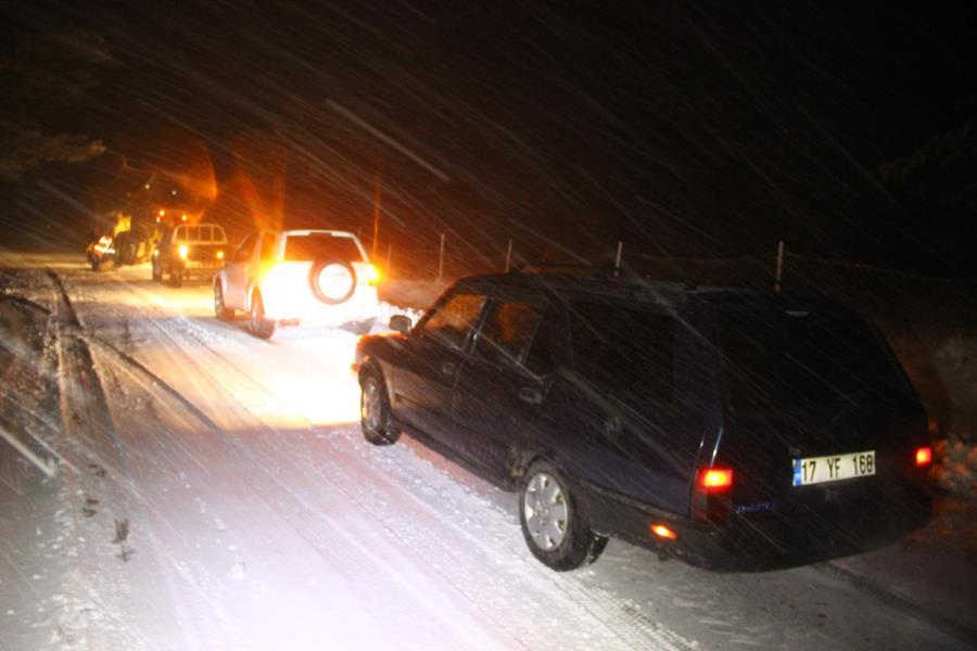Araçlar yolda mahsur kaldı