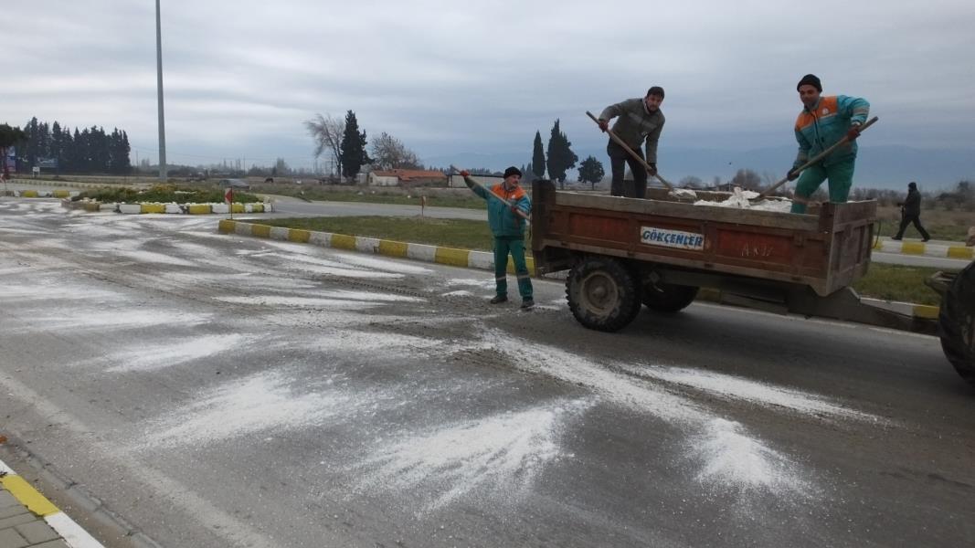 Buzlanan yollarda tuzlama çalışması yapıldı