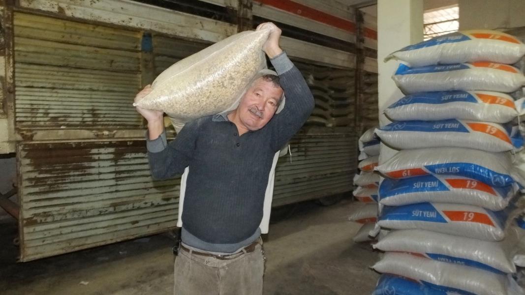 76 yaşında tonlarca yükü sırtında taşıyor