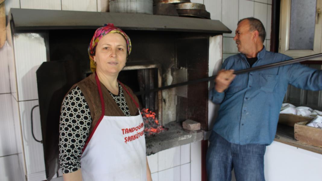 Kadın fırıncı odun ateşinde köy ekmeği üretiyor