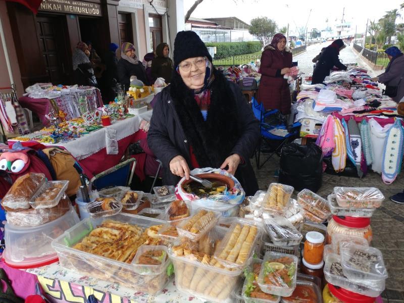 Emekçi kadınlar ürünlerini sergiliyor