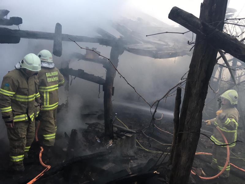Kepsut'ta yanan ev kullanılamaz hale geldi
