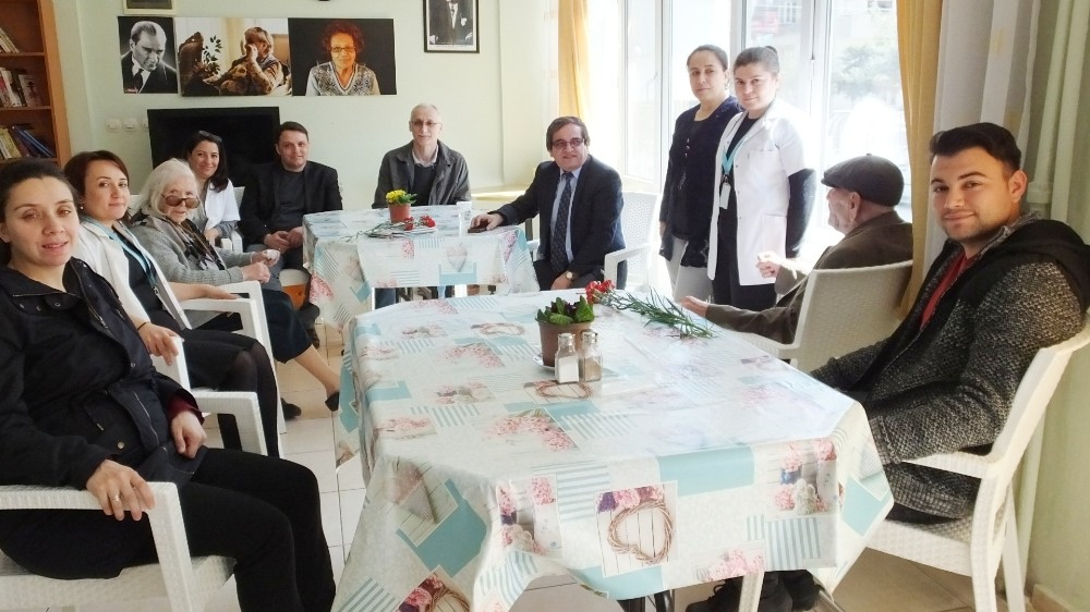 Burhaniye'de sağlıkçılar yaşlıları ziyaret etti