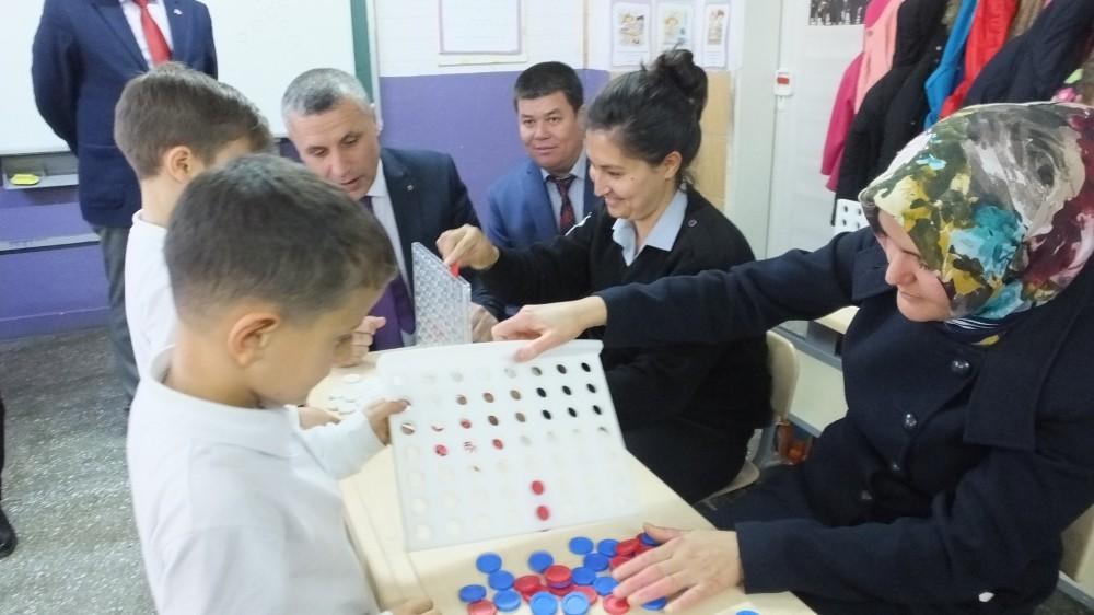 Balıkesir'de öğrenciler sınıfta anneleri ile birlikte zeka oyunları oynuyor