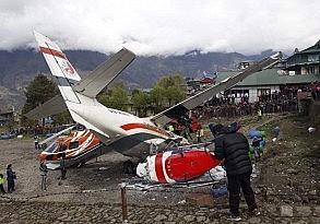 Nepal'de yolcu uçağı pistteki helikoptere çarptı 3 ölü, 4 yaralı