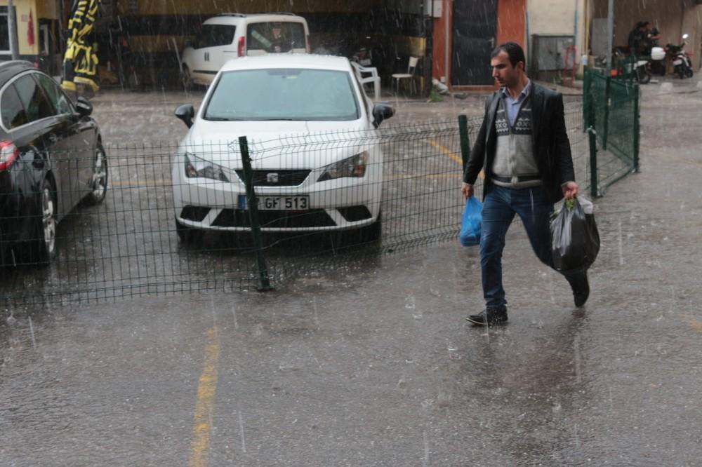 Balıkesir'de aniden başlayan dolu yağışı hayatı felç etti