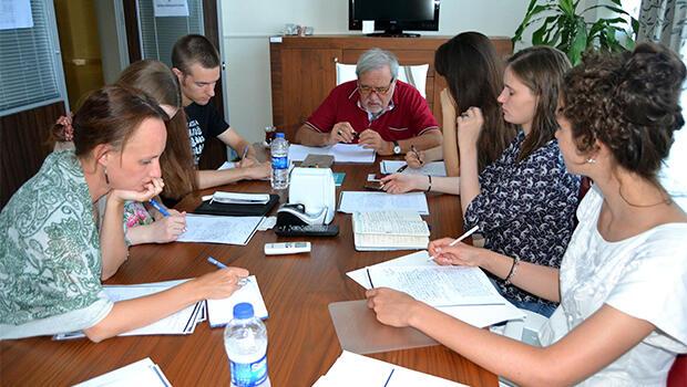 İLBER ORTAYLI AYVALIK'TA RUS ÖĞRENCİLERE OSMANLICA ÖĞRETİYOR
