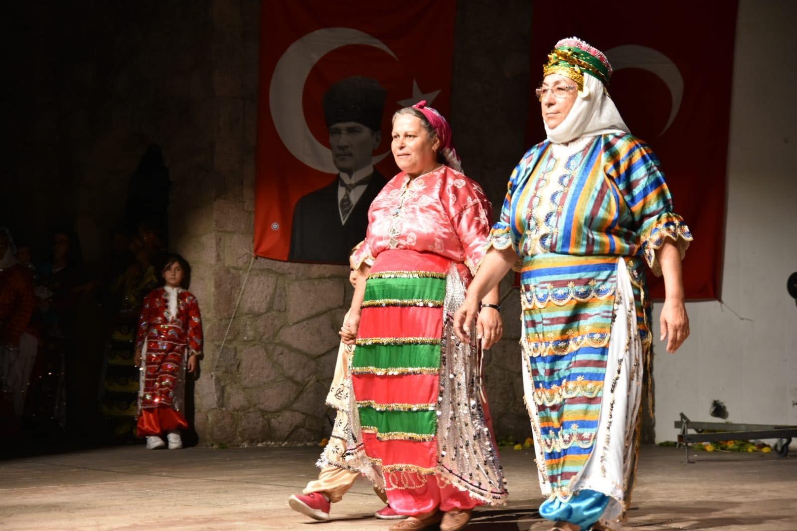 EDREMİT'TE RENKLİ DEFİLE