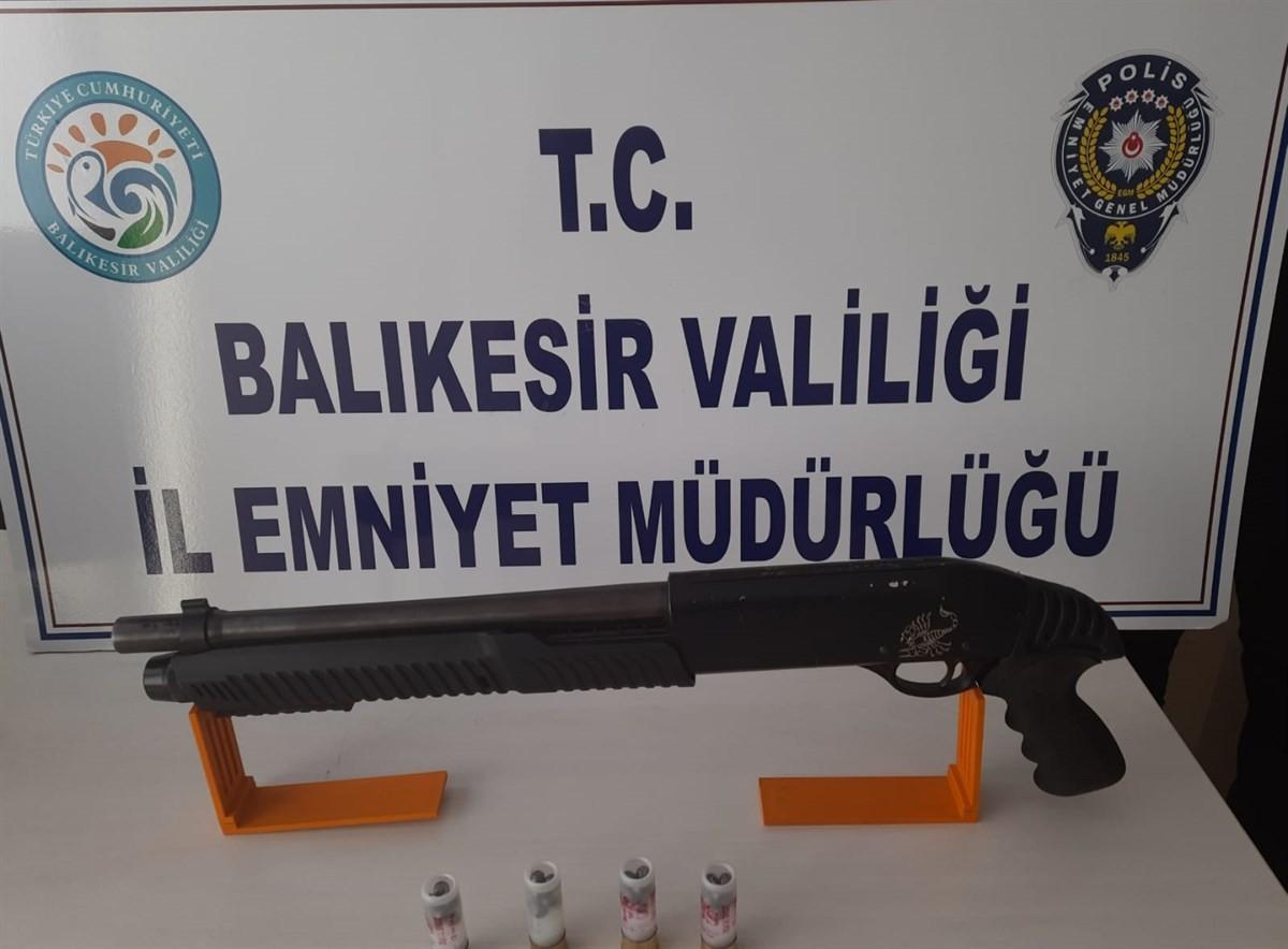 BALIKESİR POLİSİ RUHSATSIZ SİLAH AVINDA