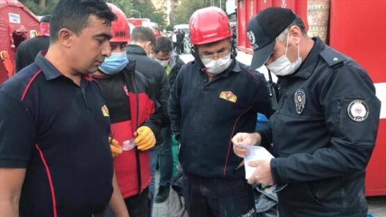 İTFAİYE ERİ ENKAZDA BULDUĞU ALTINLARI POLİSE TESLİM ETTİ
