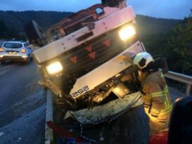Balıkesir de pancar yüklü kamyon devrildi: 2 yaralı