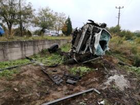 Direksiyon hakimiyetini kaybeden araç bahçeye uçtu