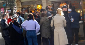 İstiklal Caddesi'nde büfeler önünde yemek yeme yoğunluğu