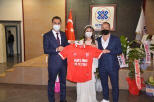 Genç çifte Nikah hediyesi Balıkesirspor forması