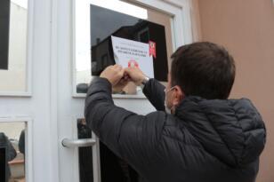 Pozitif vakaların bulunduğu binalara uyarı yazıları asıldı