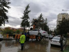 İzmir Karşıyaka'da sular altında kalan araçlar çekiliyor
