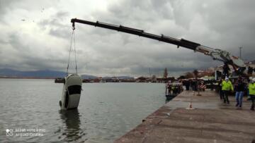 Manevra sırasında denize düşen araç vinçle çıkarıldı