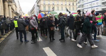 Fransa'da protesto için toplanan göçmenlere Sarı Yelekliler'den destek