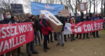 Paris'te hizmet sektörü çalışanlarından 'tabutlu' protesto