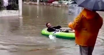 Şehir merkezinde suyla dolan sokaklarda botla gezdiler