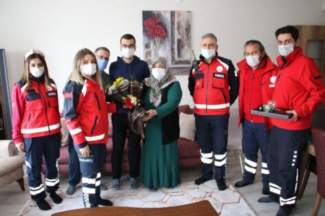 UMKE ekibi depremzede Azize Çelik'i evinde ziyaret etti