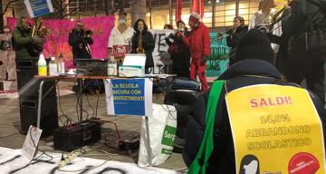 İtalya'da öğrenciler uzaktan eğitim kararını protesto etti