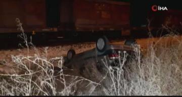 Tren hemzemin geçitte otomobile çarptı: Yaralılar var