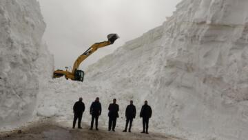 Nisan ayında kar kalınlığının 20 metreyi bulduğu yolda çalışma