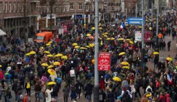 Hollanda'da aşı zorunluluğuna karşı eylem